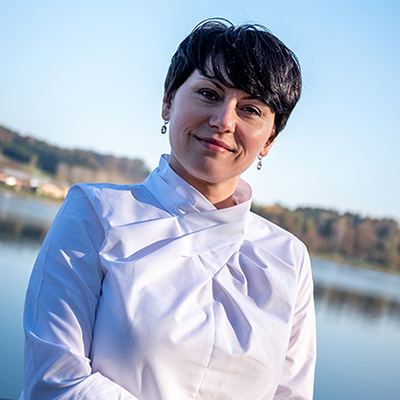 Foto von Zahnärztin Dr. med. dent. Edina Hotic, Aufnahme im Freien
