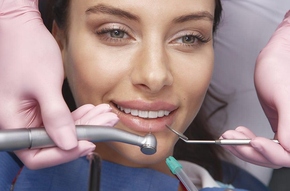 Leistungen, Füllungen und Veneers, Foto von Frau bei Zahnarzt
