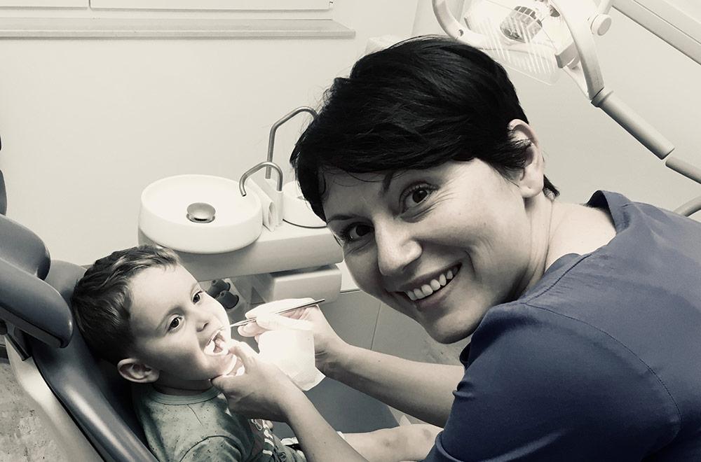 Leistungen, Kinderzahnheilkunde, Foto von Kind und Fr. Dr. Edina Hotic in Ordination